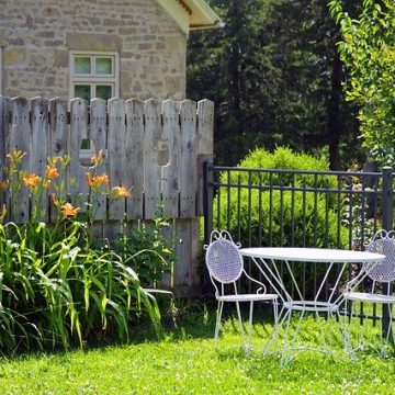 גדר בחצר האחורית